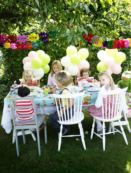 Una divertida fiesta de cumpleaños en el jardín