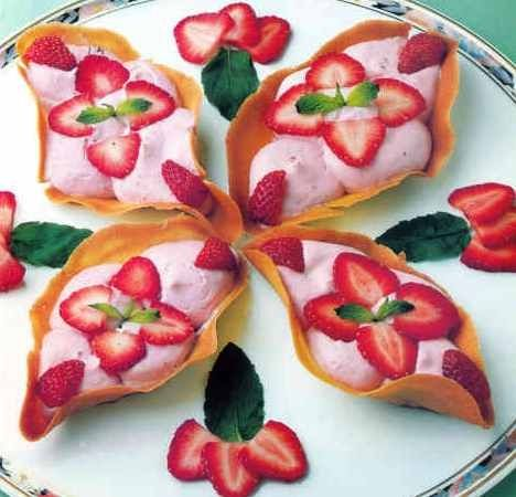 Barquillos de galleta con mouse de fresa