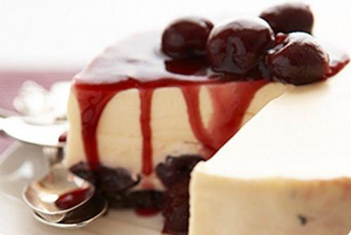 pastel de queso con mermelada o 'coulis' de arándanos