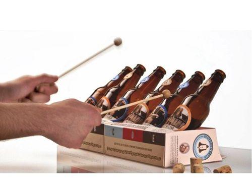un xilofón con botellines de cerveza