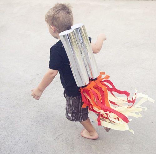 Disfraz casero de cohete para niños inquietos