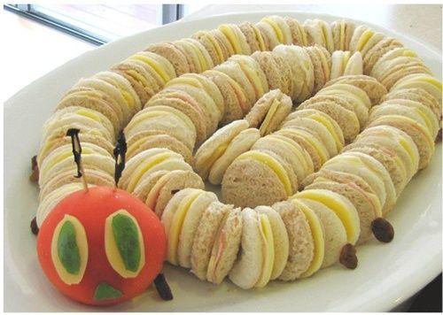 Presentación creativa de sandwiches para fiesta infantil