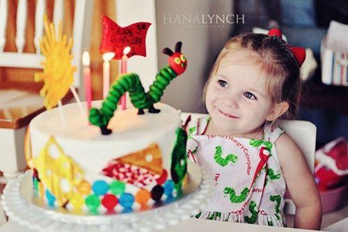 Preciosa fiesta infantil con una oruga como personaje