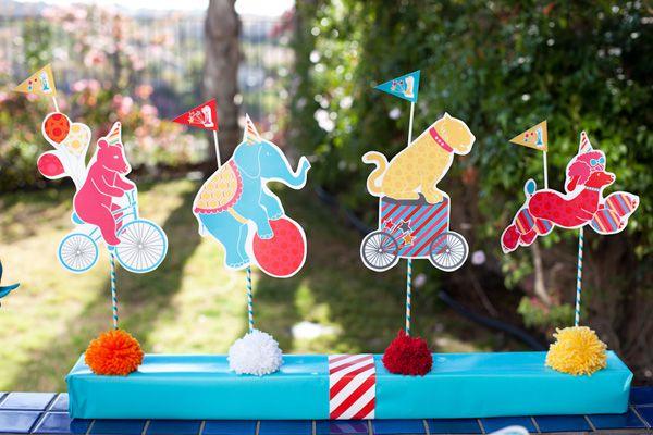 Colorida fiesta infantil al aire libre con desfile de circo