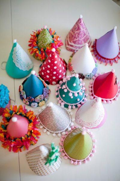 Coloridos sombreros de cumpleaños hechos en casa