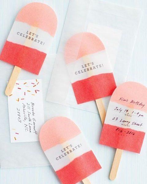 Un polo de fresa contiene la invitación… ¡Fiesta!