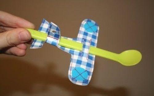 Transforma la cuchara en avión para que coma ¡por fin!