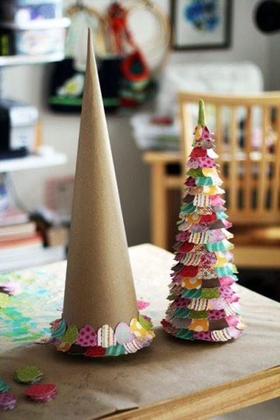 Abeto de cartón decorado con trozos de papel