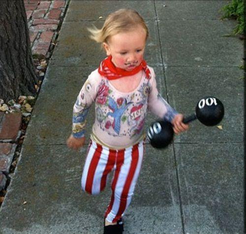 Alegre disfraz casero de forzudo de circo