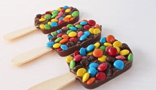 Helados de chocolate con palo y M&Ms