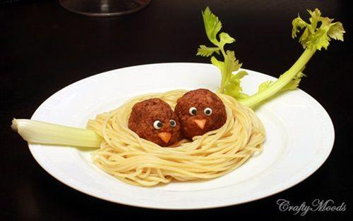 Nidos de pájaros en receta creativa con pasta para niños