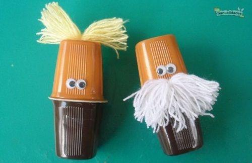 Manualidades con niños: maracas con vasos de postre lácteo
