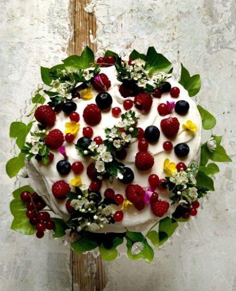 Decorar una maravillosa tarta con frutos de verano…
