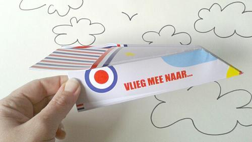 Original invitación de cumpleaños en un avión de papel