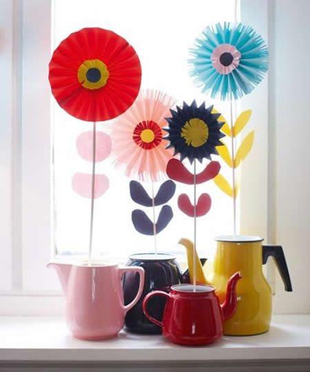 Decoración, flores en jarrones improvisados