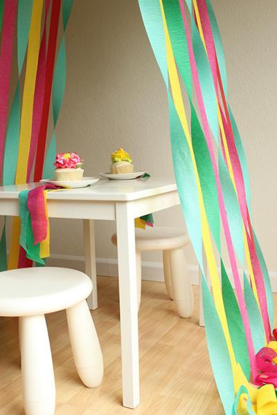 Decoración con serpentinas de colores para una fiesta
