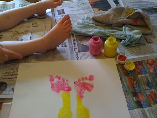 manualidades-con-niños-pintar-mariposas-con-pies2