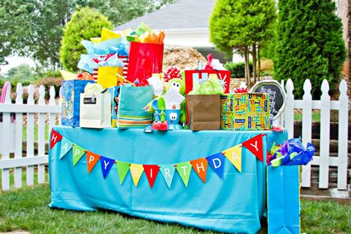mesa de regalos para fiesta infantil