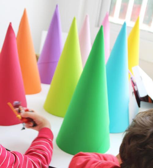Manualidades con niños, preparando sombreros para una fiesta