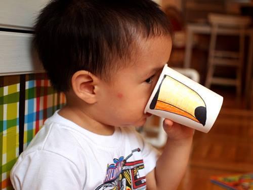 Manualidades con niños en vasos de papel dibujando picos, trompas, hocicos…