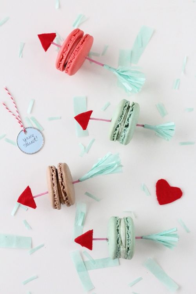 Manualidades con niños: flechas de San Valentín con macarons
