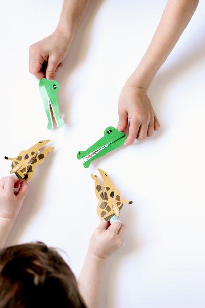 marionetas de jirafas y cocodrilos con pinzas