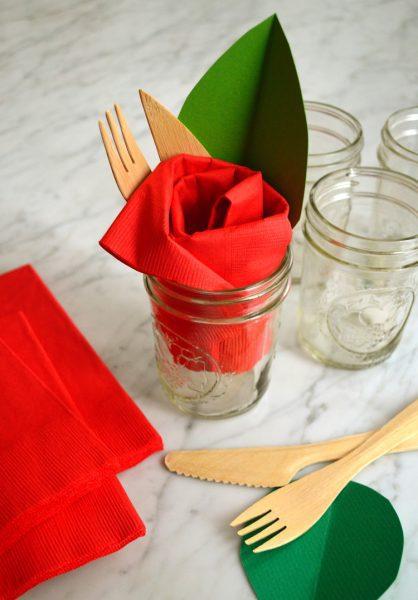 rosa roja en forma de servilleta para decorar fiesta de primavera