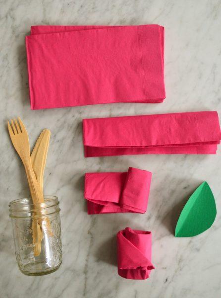 como doblar servilleta en forma de rosa flor para invitados