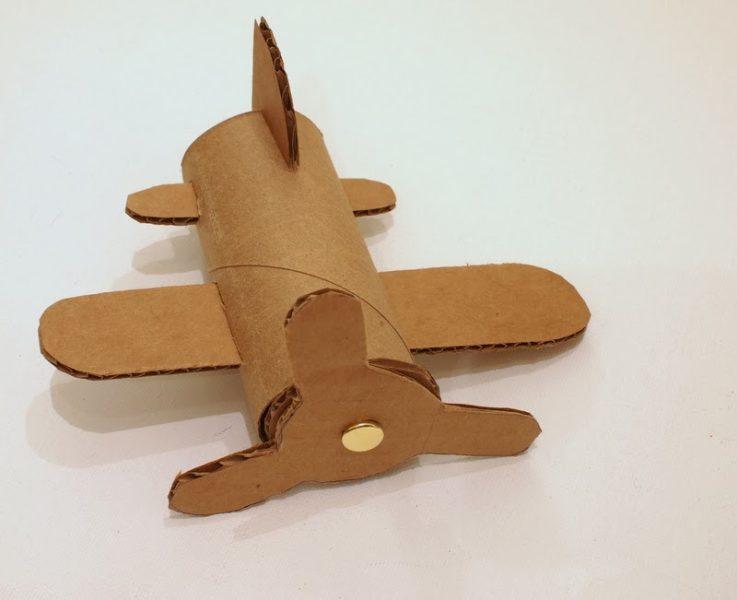 Haciendo el avión de cartón paso a paso