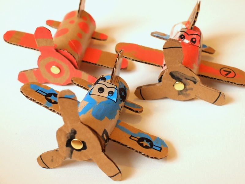 manualidad de carton para niños aviones con rollos