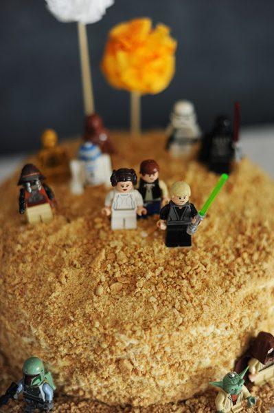 tarta de almendras con decoracion de star wars para cumpleñaos