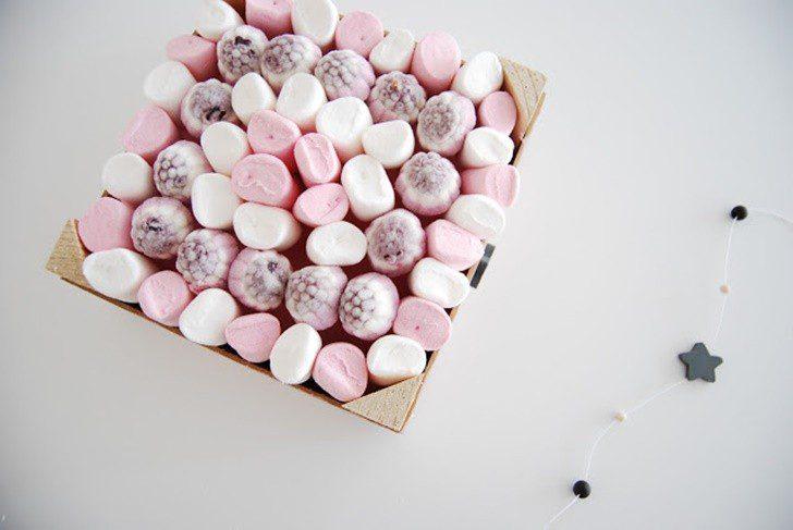 cesta de chuches rosa y blanca