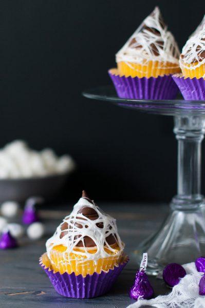 Muffin de chocolate con telaraña para Halloween