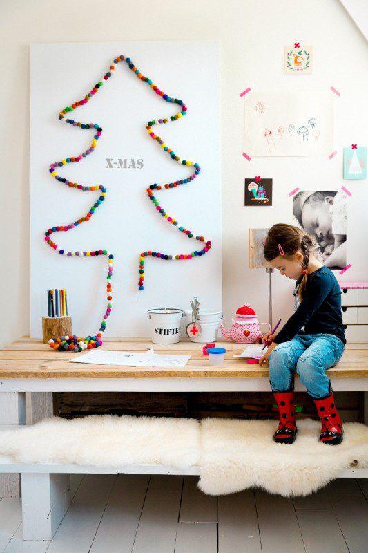 silueta arbol de navidad con bolas de colores