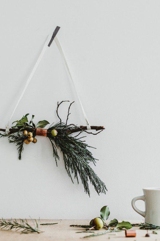 Corona de cobre y ramitas para Navidad