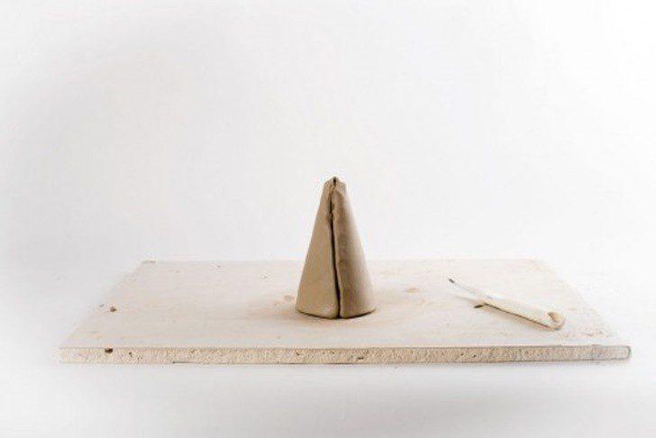 precioso-centro-de-mesa-de-arcilla-DIY-cono-500x334