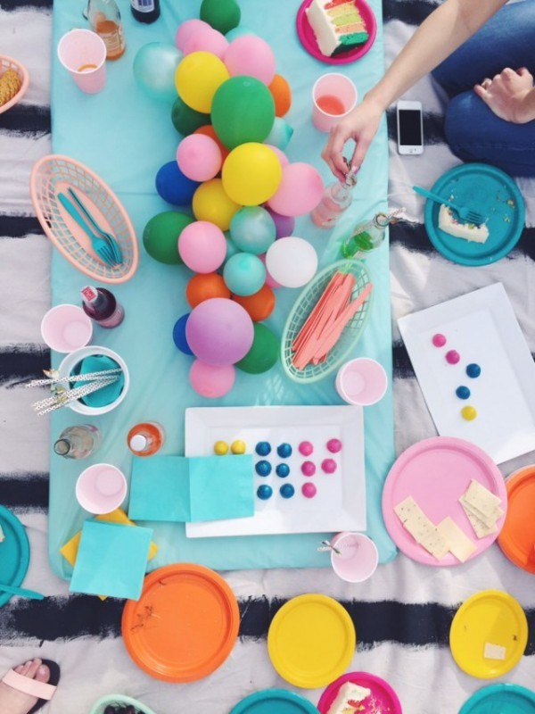 Centro-de-mesa-hecho-con-globos-muchos-colores-600x800