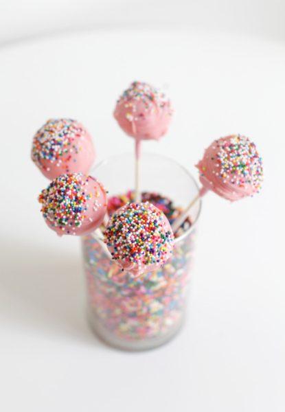 decoracion de fiesta con viruras de arco iris cake pops