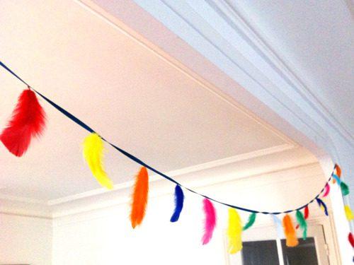 guirnalda de plumas para fiesta temática de indios