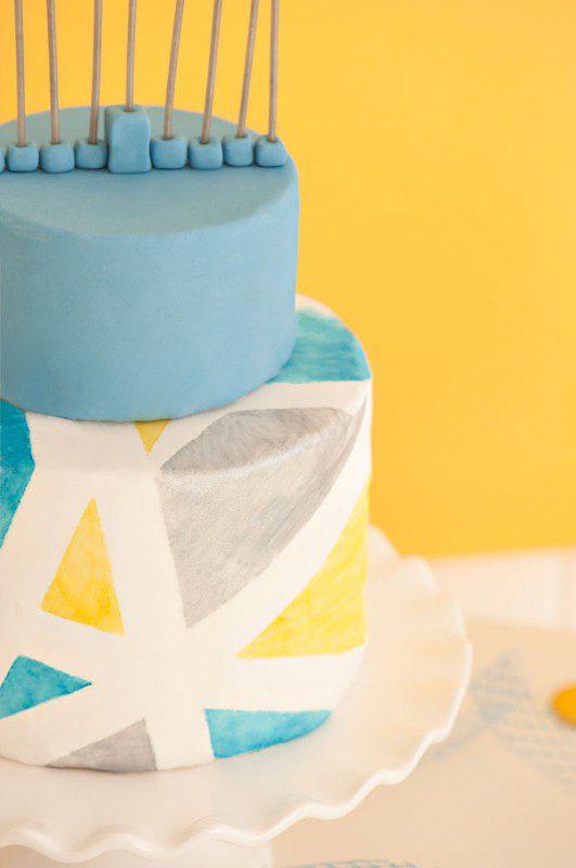 menorá en tarta de cumpleaños