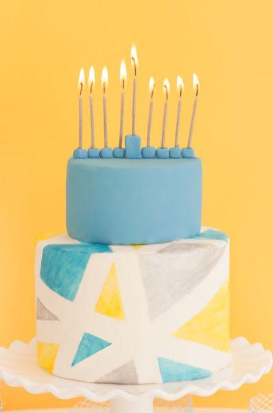 menorah moderno en tarta cumpleaños