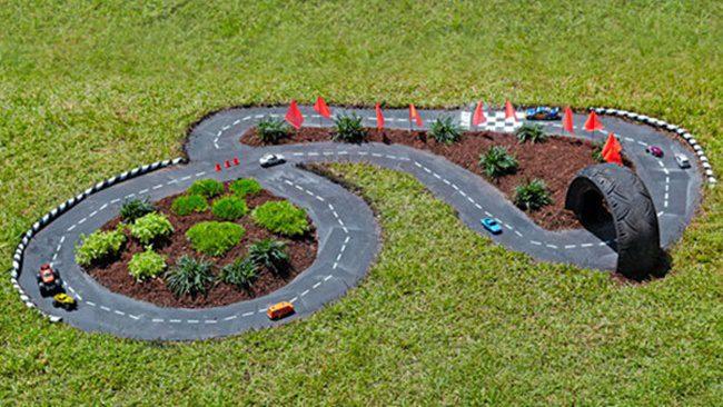 circuito de coches casero en el jardin
