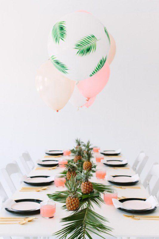 fiesta tropical con globos teñidos