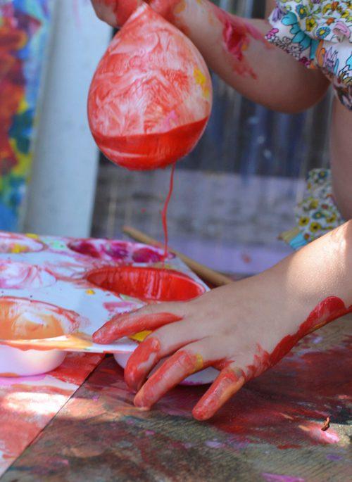 como hacer un cuadro abstracto con globos y pintura