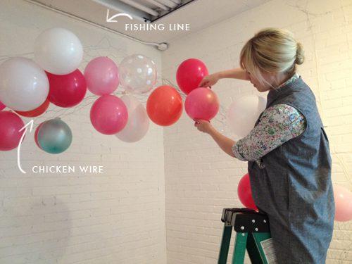 como hacer un arco de globos de colores