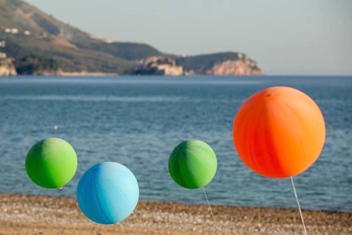 fiesta tropical en la playa globos sombrillas