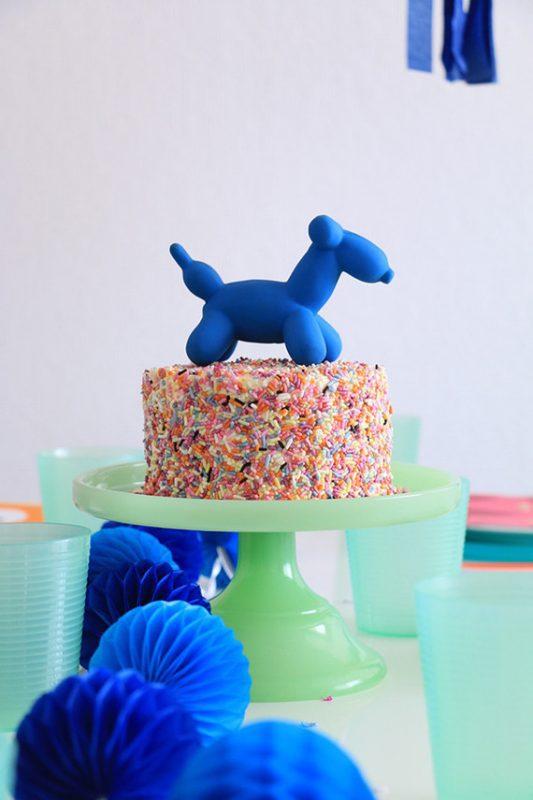 fiesta de animales y globos para niños tarta