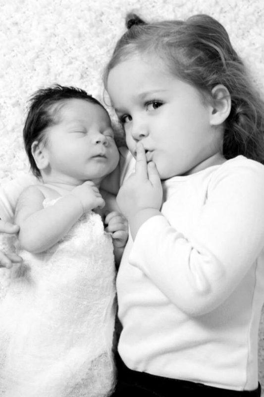 fotos de hermanos pequeños con bebés