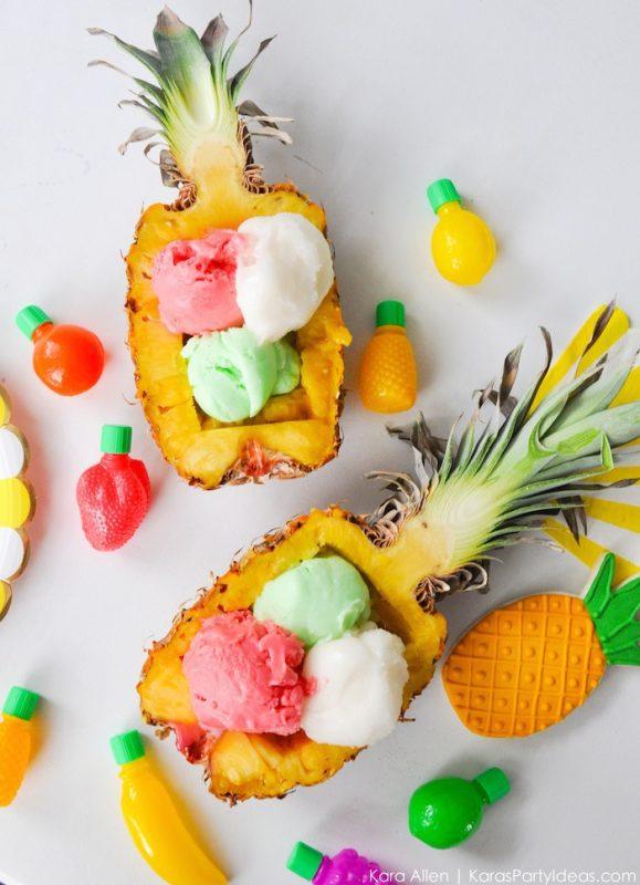 postre delicioso de helado servido en piña