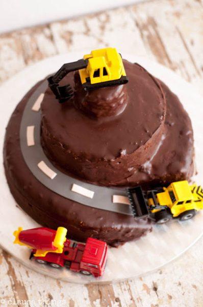 tarta de chocolate con coches para fiesta con niños